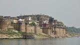 Altes Mogul Fort am Ganges bei Varanasi in Indien - 203759546
