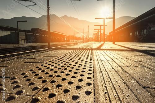 Plexiglas Spoorlijn stazione ferroviaria al mattino presto