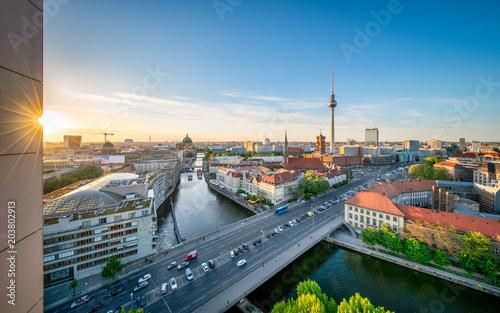 Berlin skyline im Sommer bei Sonnenuntergang
