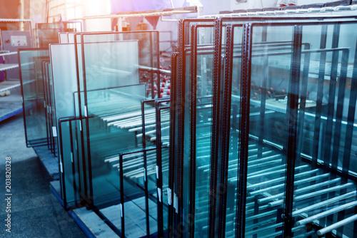 Profil okienny wycięty z metalu, szkła i izolacji.