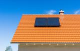 Solarthermie Anlage auf einem Dach mit roten Dachziegeln