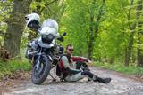 Reiseenduro Motorrad im Wald mit Fahrer