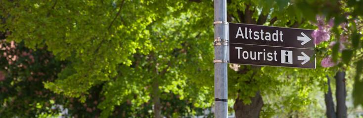 Service für Touristen: Hinweisschild für Tourist Info