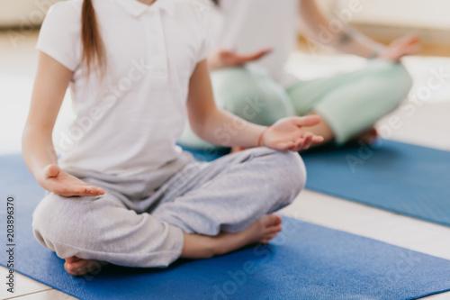 Aluminium School de yoga mom and daughter do yoga