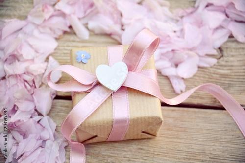 Fototapeta Grußkarte - Geschenk mit Herz - Muttertag, Geburtstag, Hochzeit