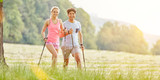 Paar beim Nordic Walking im Sommer - 203946306