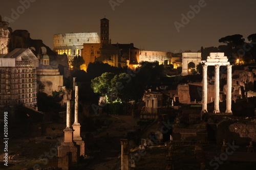 Rzym nocą. Słynne budynki Rzymu w jednym obrazie.