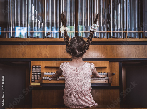 Mädchen spielt Orgel - 203988928