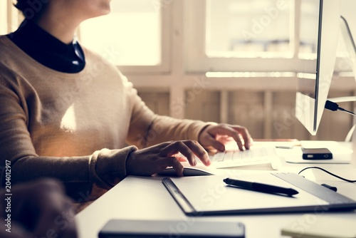 Wall mural Businesswoman working in office