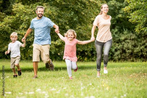 Fridge magnet Glückliche Familie und Kinder zusammen im Garten