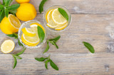 Zwei Gläser Mineralwasser mit Zitrone und Minze - 204127740