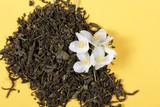 чай зелёный и жасмин цветок свежий лежат на столе  - 204130345