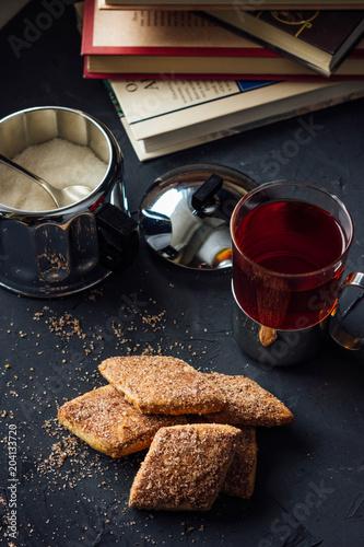 szklana-filizanka-herbaty-z-herbatnikami-i-miodem