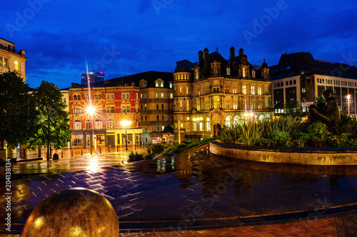 Foto Murales Victoria square at night with illuminated buildings, cafes, shops and hotels in Birmingham, UK