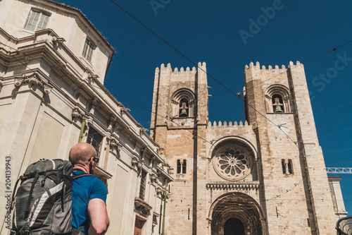 Foto Murales A backpacker is arriving at Sé Cathedral in Lisbon, Portugal.