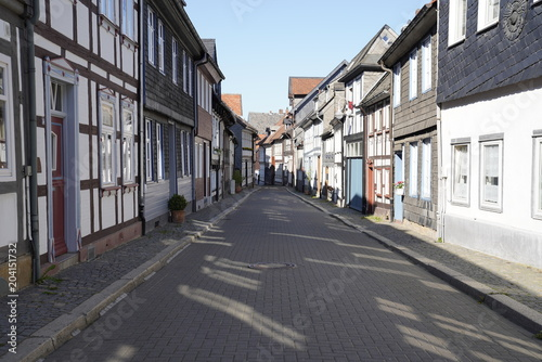 Fototapeta Tiny street with old nordic style houses in the town of Goslar, Germany in the Harz region.