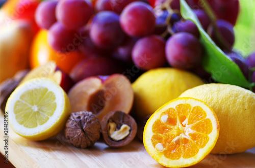 Plastry śliwki, winogrona i owoce cytrusowe