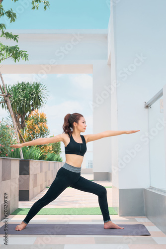 Aluminium School de yoga Young asian woman in sport wear doing sports outdoors
