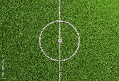 Linia środkowa na trawniku boisko do piłki nożnej