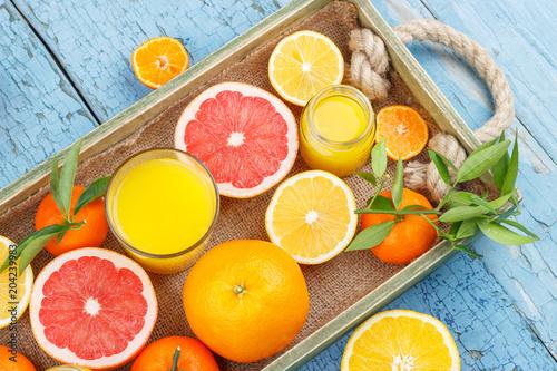 Różne owoce i szkło ze świeżym sokiem pomarańczowym