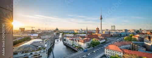 Leinwanddruck Bild Berlin Mitte Panorama mit Fernsehturm und Blick über die Spree