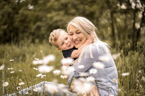 Fototapeta Mutter ist glücklich mit ihrem Sohn