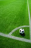 Fussball bei Eckfahne, Eckstoss, Freistoss, beim Eckball auf grünem Kunstrasen in der Sonne