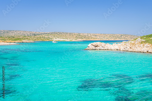 Plexiglas Groene koraal White Island, Aspronisi, Leros Island, Dodecanese, Greece: Amazing view to maldives beach bay like small greek island with crystal clear turquoise blue water some boats cruising and people swimming