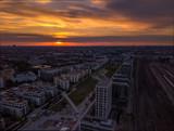 Der Tag erwacht mit einem bezaubernden Sonnenaufgang über München aus der Luft als Aerial/Dronenbild - 204369102