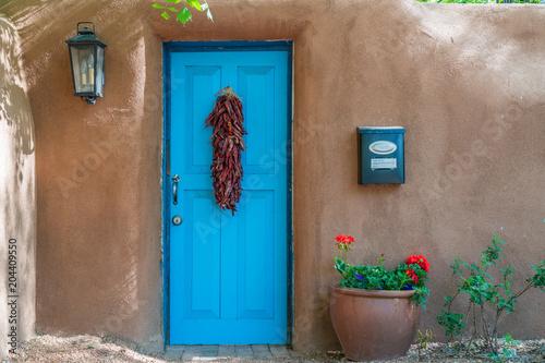 niebieskie drzwi z chile ristra santa fe nowy Meksyk