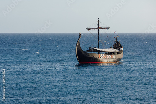 Canvas Schip old black ship in the open sea