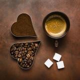 tazzina di espresso con caffè in chicchi e macinato