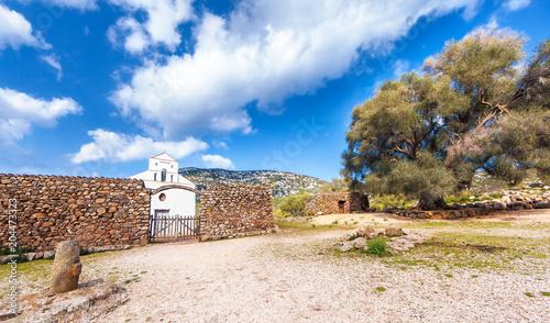 Fotobehang Blauwe hemel Chiesa di San Pierto al Golgo, Sardegna