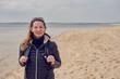 Hübsche blonde Frau am geht am Strand spazieren