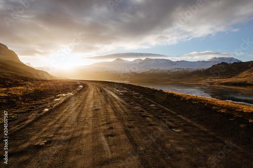 Halna droga prowadzi szczyt w Iceland