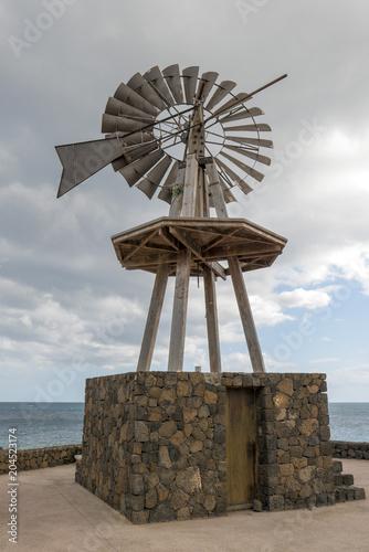 Canvas Canarische Eilanden Old windmill at Lanzarote island