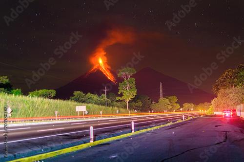 Plexiglas Nacht snelweg Volcano en Guatemala