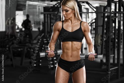 Seksowna sportowa dziewczyna pracująca w gym out. Sprawności fizycznej kobieta robi ćwiczeniu