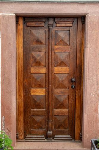 Stare drewniane drzwi domu