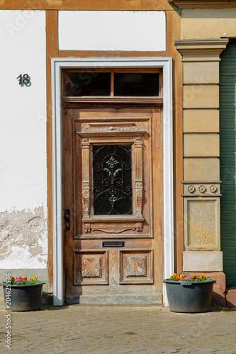 drewniane drzwi starego domu w małej wiosce w Niemczech