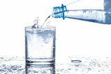 Mineralwasser in ein Glas eingeschenkt, Hintergrund weiß - 204626176