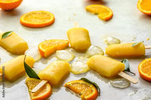 Pomarańczowy popsicle z świeżymi pomarańczami i lodem, lata odświeżający pojęcie