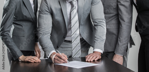 Wall mural Business people sign contract