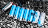 Weggeworfene Sprühdosen eines Graffitisprayers - 204761535