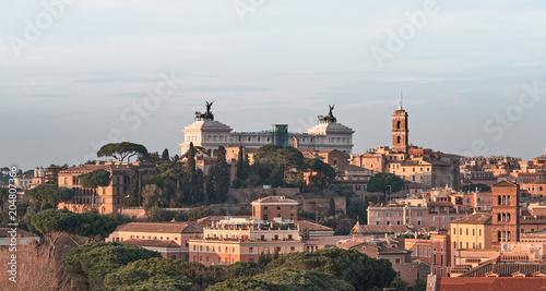 Widok na dachy Rzymu: Ołtarz pomnika Ojczyzny Vittorio Emanuele, wieża Trajana