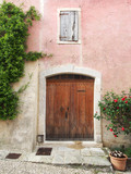 Provence: Mediterrane Altbaufassade mit Fensterläden, rosa - 204830346
