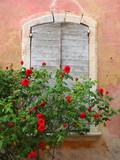 Provence: Mediterrane Altbaufassade mit Fensterläden, rosa