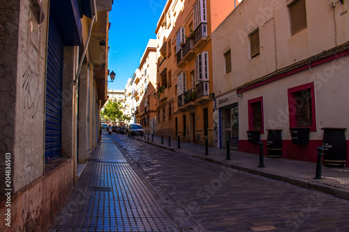 Canvas Smalle straatjes Street. A sunny day in the street of Cadiz. Andalusia, Spain. Picture taken – 6 may 2018.