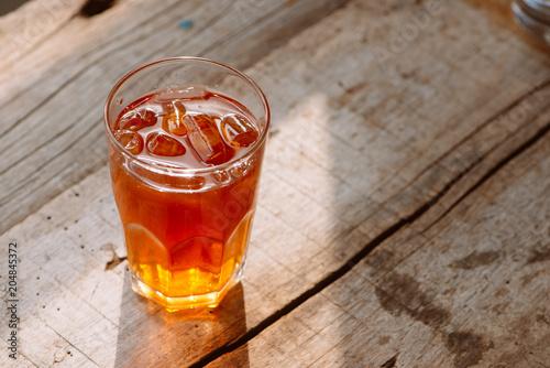 styl południowy mrożona słodka herbata w dwóch szklanych rustykalnym drewnianym stole