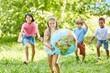 Glückliches Mädchen trägt Weltkugel - 204855917